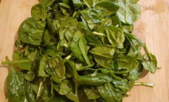 Нашинковать шпинат