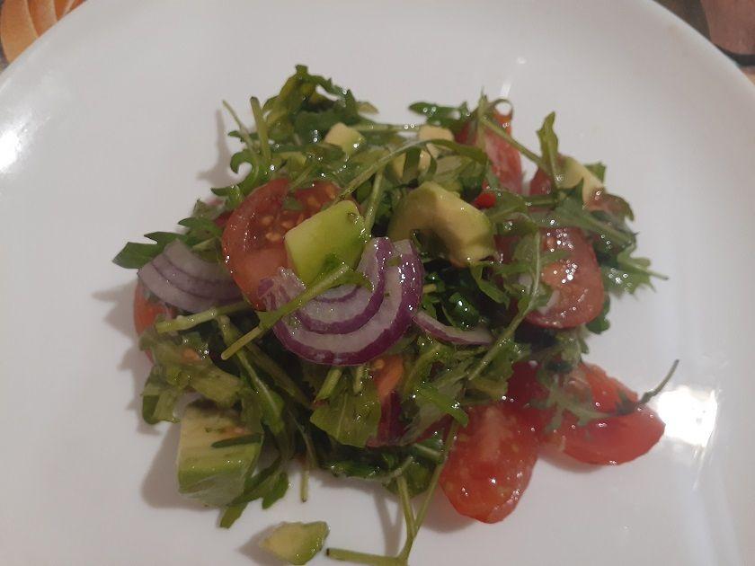 Салат из рукколы, помидор и авокадо