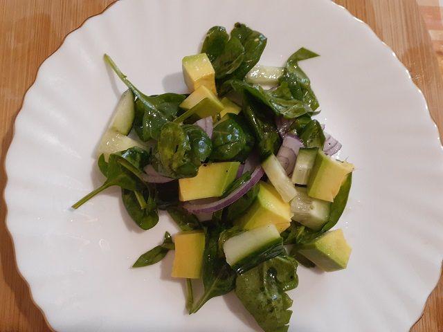 Салат со шпинатом и огурцом