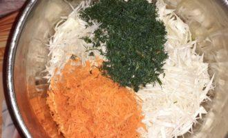 Соединяем овощи в глубокой тарелке