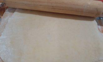 Тесто раскатываем скалкой