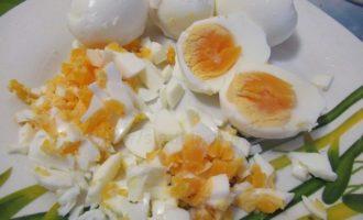 Измельчаем яйцо