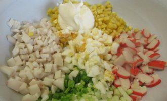 Соединяем ингредиенты для салата