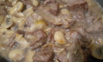 Тушеное мясо с грибами на сковороде