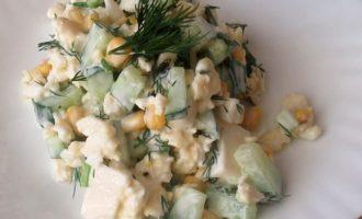 Салат с плавленным сыром и огурцом