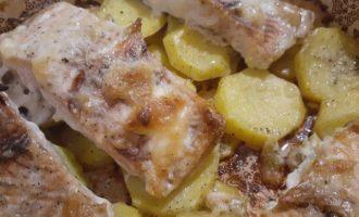 Горбуша в духовке с картофелем