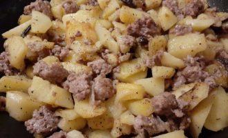 Картошка с фаршем и баклажанами на сковороде