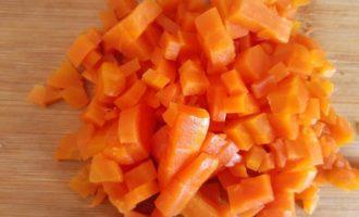 Морковь измельчаем