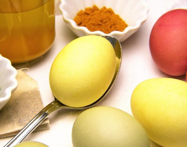 Как покрасить яйца на Пасху в куркуме