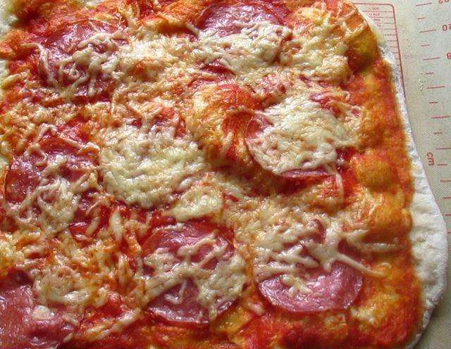 Классическая домашняя пицца с колбасой