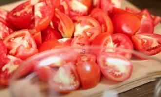 Грубо нарежьте помидоры