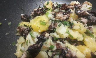 Поджариваем грибы и картофель