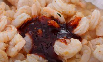 Пряный соус и креветки
