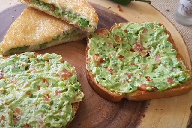 Бутерброд с авокадо и рыбой