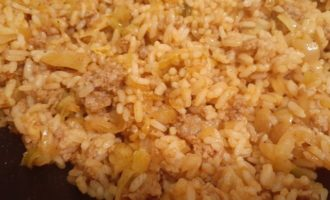 Перемешиваем рис с фаршем и капустой