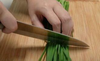 Зеленый лук разрезаем на части