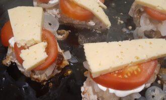 Ломтики сыра на помидоре