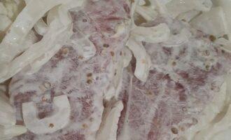 Маринуем мясо с луком