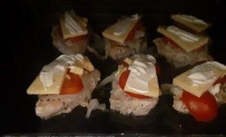 Ставим мясо с сыром и помидорами в духовку