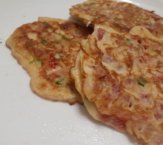 Блинчики с припеком из колбасы и овощей