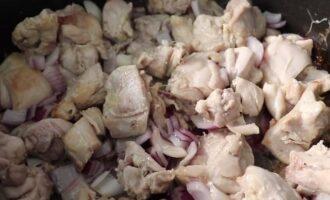 обжаренный лук и курица
