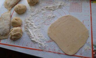 Раскатываем тесто под чебурек