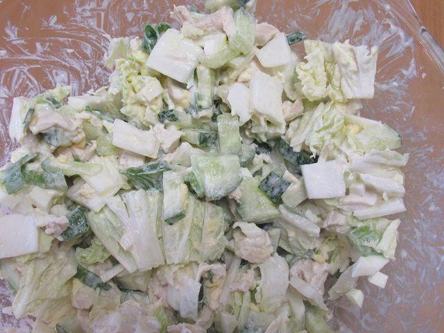 Салат из капусты и курицы и огурца