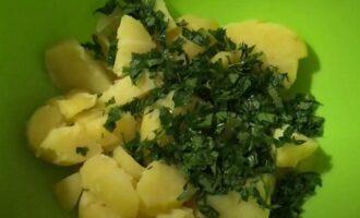 Добавляем ингредиенты в салатницу