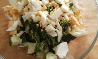 Соединяем ингредиенты в салатнице