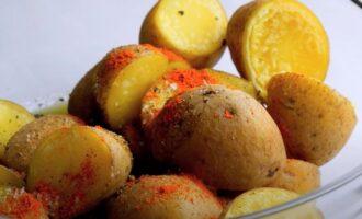 Добавить соль и паприку в картошку