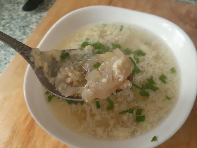 Ложка рыбного супа из трески