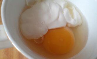 Яйцо с майонезом для заправки