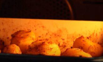 Запекаем картофель на противне