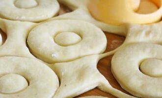 формируем пончики формой