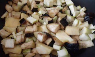 Добавить картофель к баклажану