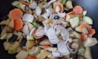 Добавить лук в овощи