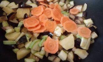 Нашинковать морковь в овощи