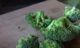 Нарезать брокколи