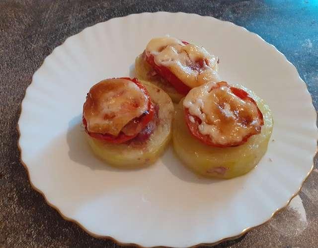 Запеченный кабачок с начинкой из фарша и помидор