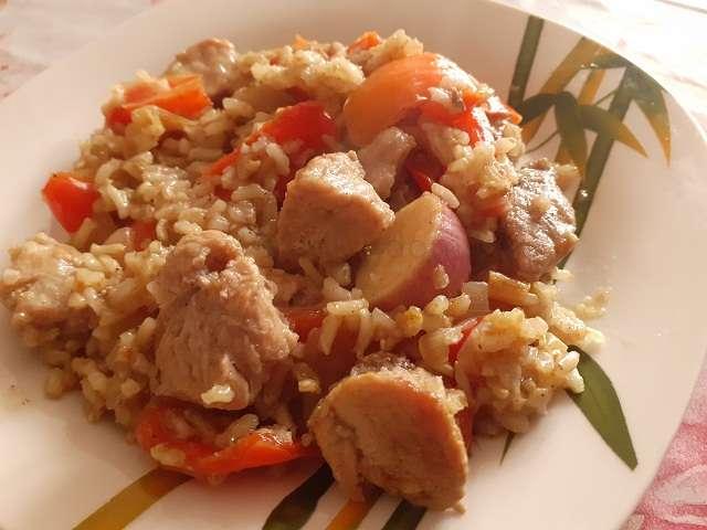 Мясо с рисом на тарелке