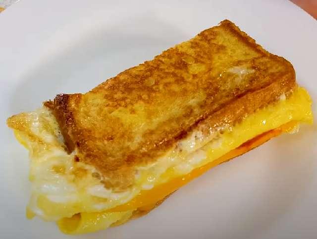 Тост на завтрак с яйцом