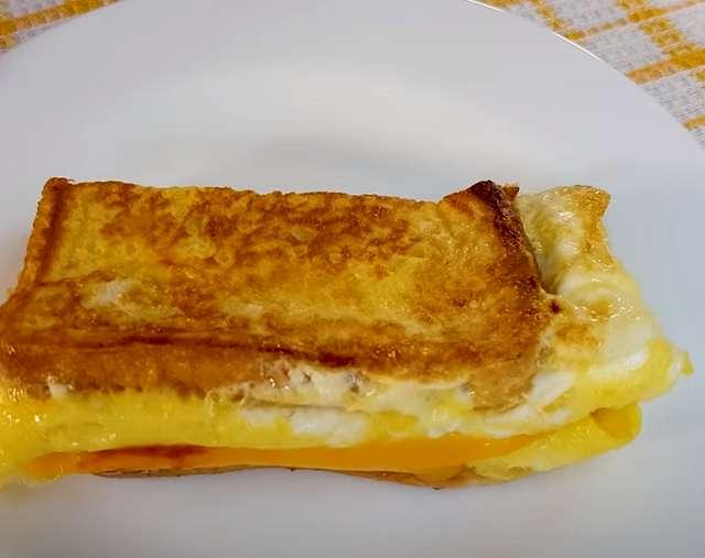 Тост с яйцом и сыром