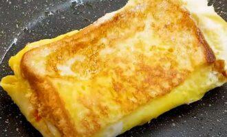 обжариваем тост с обоих сторон